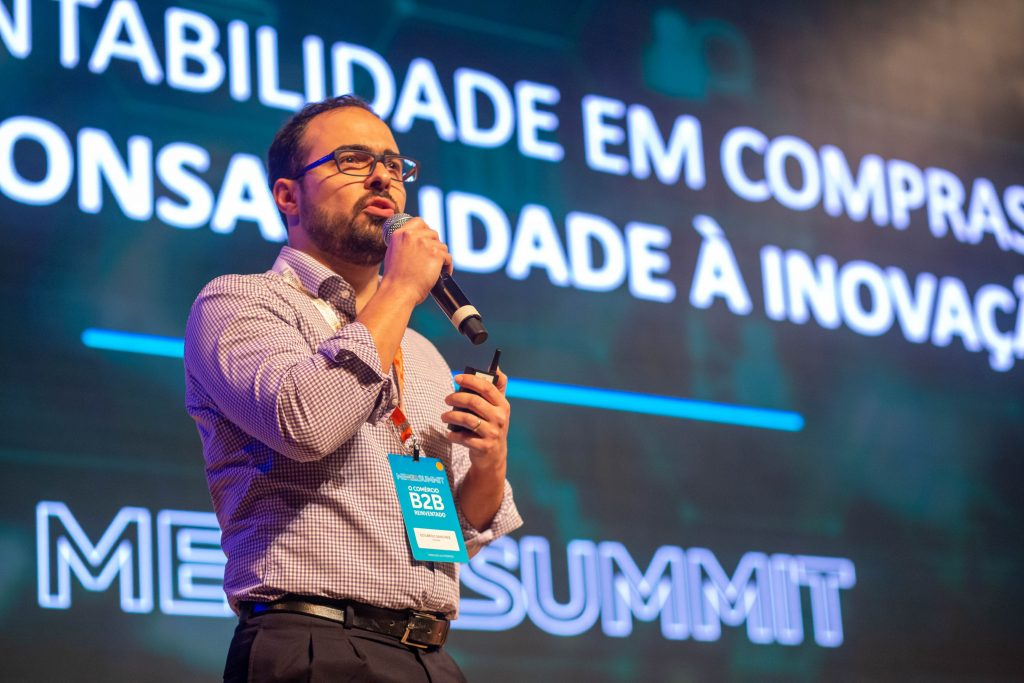 Eduardo Sanches no palco do ME B2B Summit