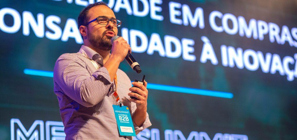 Eduardo Sanches no palco do ME B2B Summit