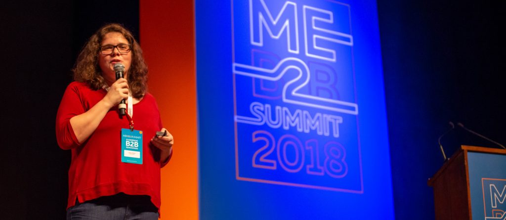 Carla de Bona no palco do ME B2B Summit falando sobre Design Sprint
