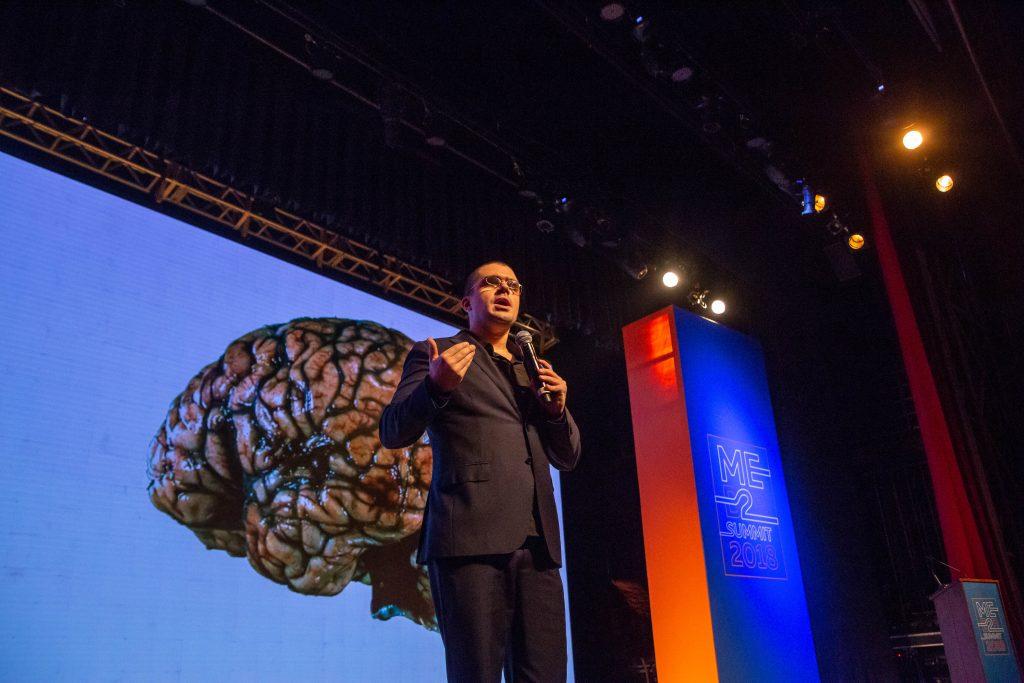 Pedro Calabrez no palco do ME B2B Summit falando sobre A arte da transformação