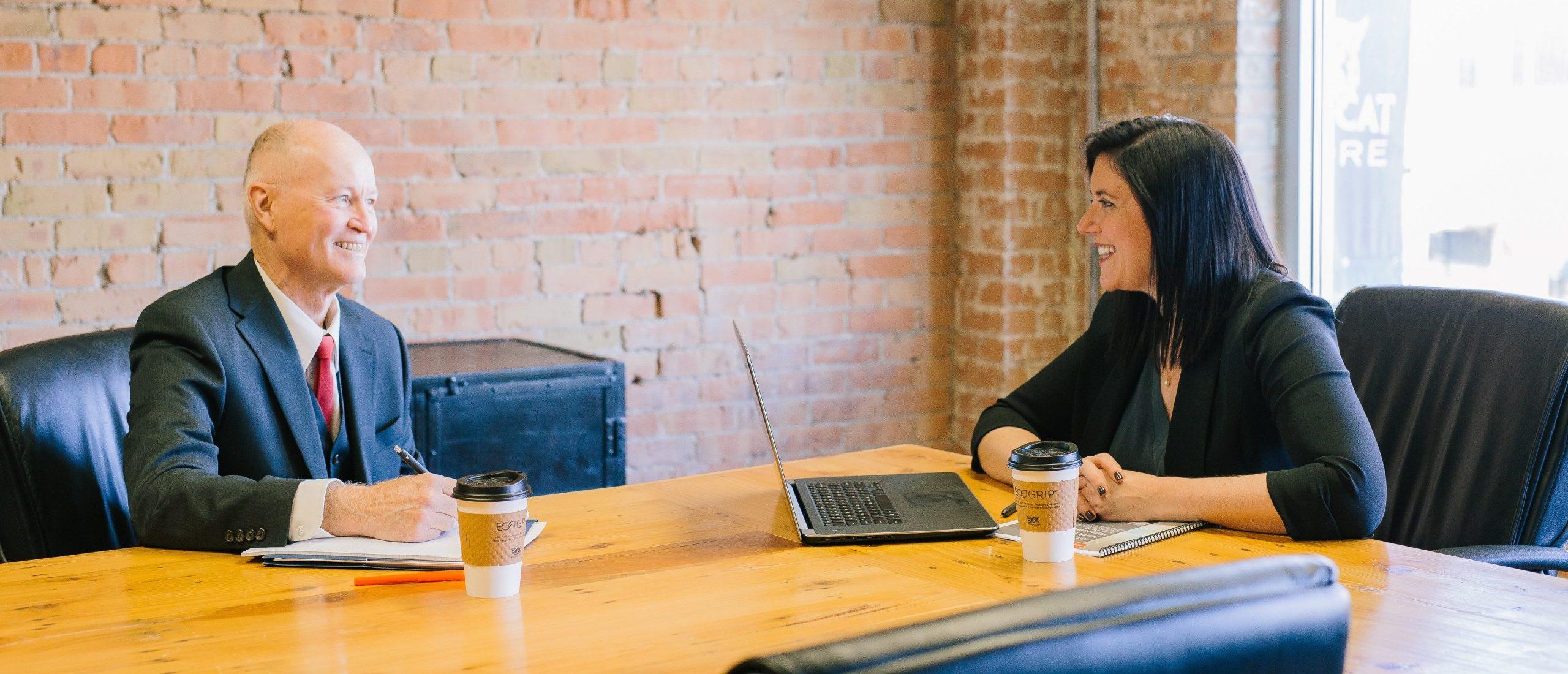 Um comprador e um fornecedor conversando como parceiros de negócio
